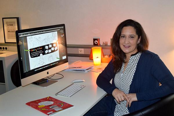 Pari Mahroum an ihrem Schreibtisch.