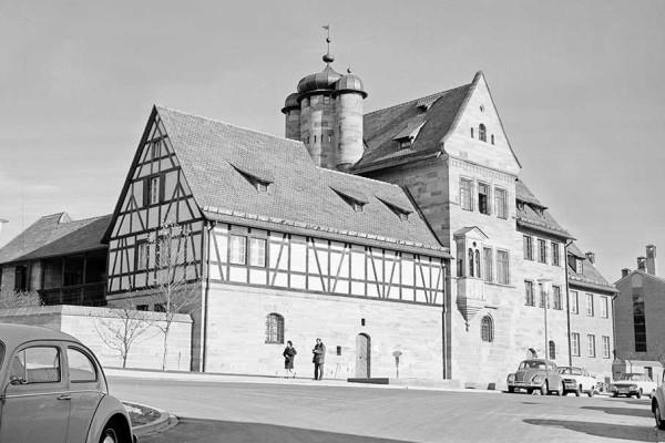 Nach dem Wiederaufbau wurde das Tucherschloss als Museum, zunächst betreut vom Germanischen Nationalmuseum, der Öffentlichkeit zugänglich gemacht. Bildnachweis: Stadtarchiv Nürnberg
