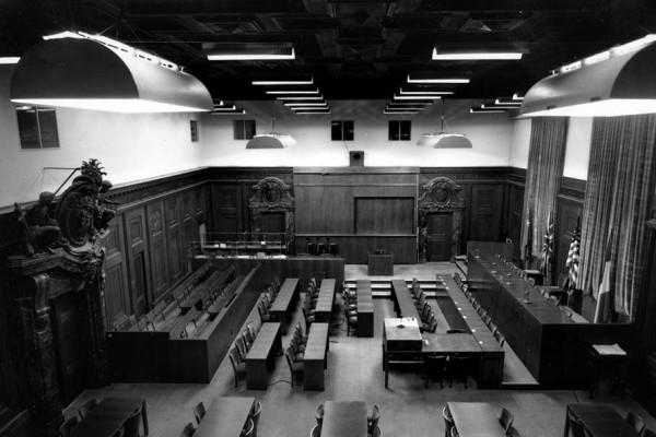 Blick vom Balkon in den Schwurgerichtsaal, 1945. Bildnachweis: Stadtarchiv Nürnberg