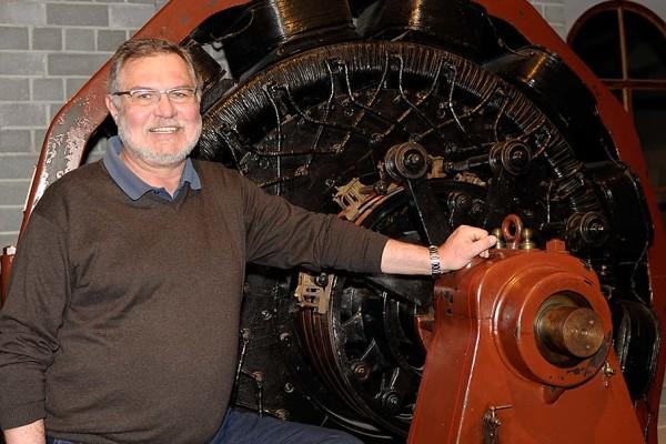 Jürgen Becker neben einem Generator aus der Fabrik des Nürnberger Industriepioniers Sigmund Schuckert. Foto: Erika Moisan