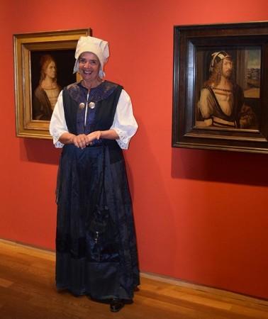 """""""Agnes Dürer"""" im Dürer-Saal zwischen zwei Selbstportraits ihres Mannes."""