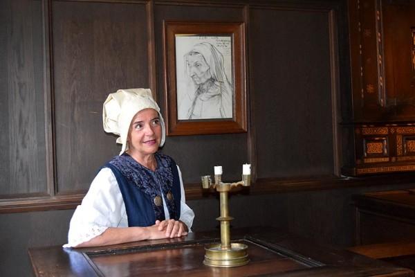 """""""Agnes Dürer"""" in einem der sogenannten Wanderer-Zimmer vor dem Portrait ihrer Schwiegermutter."""