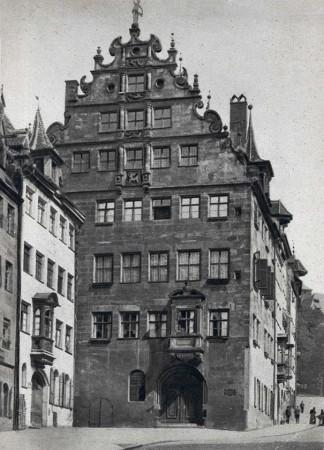Die Südfassade des Fembohauses, Postkarte, 1928. Bildnachweis: Stadtarchiv Nürnberg (StadtAN A 5 Nr. 3280)