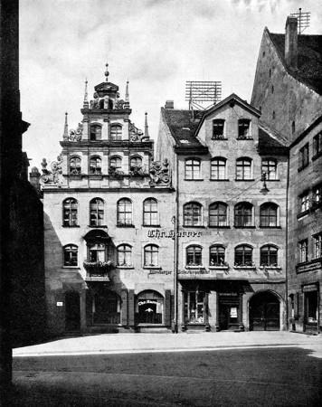 Firmengebäude der Konservenfabrik Christian Harrer, um 1925. Repro aus: Erwin Stein (Hg.): Nürnberg. Monographien deutscher Städte. Bd. XXII, Berlin 1927, S. 447