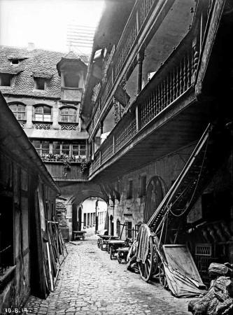 """""""Nermbercher Gwerch"""": Ansicht vom Hinterhof Karlstraße 17 mit Dockengalerie, August 1917. Bildnachweis: Stadtarchiv Nürnberg, (Bild-, Film- und Tonarchiv Sign. A38 B 73 10)"""