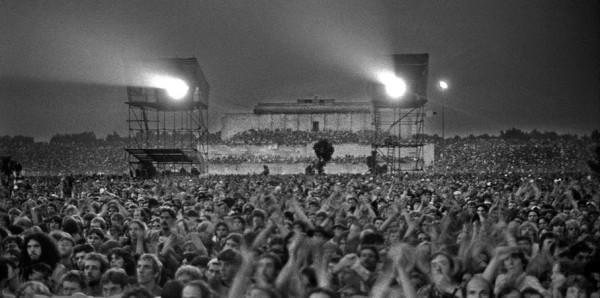 Blick ins Publikum und auf die Zeppelintribüne beim Bob Dylan Konzert 1978. Foto: Reinhard Kemmether