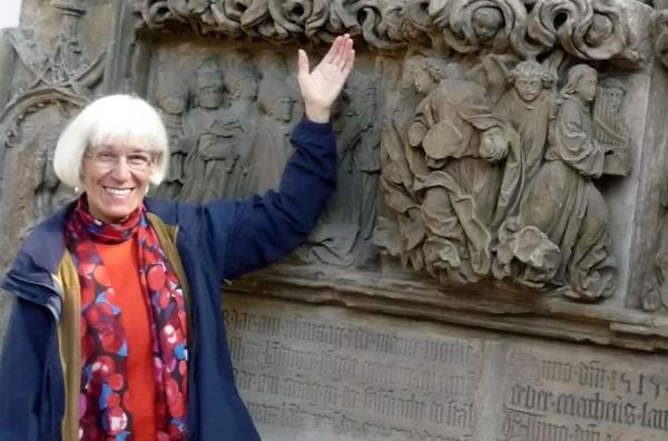 Ulrike Hess vor dem von Adam Kraft gefertigten Sandsteinepitaph für Markus Landauer. Bildnachweis: privat