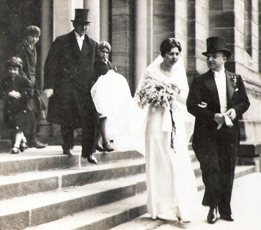 Das Brautpaar Ruth und Hans Kohnstam vor der Nürnberger Hauptsynagoge am Hans-Sachs-Platz, 17. März 1932. Bildnachweis: Pieter und Susan Kohnstam, Venice, Florida, USA