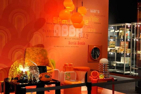 """""""Plastic is fantastic"""" - die bunten 70er! Links im Bild die zeittypische Glasfaserlampe, ein sog. Pyroball. Foto: Barbara Geiler"""