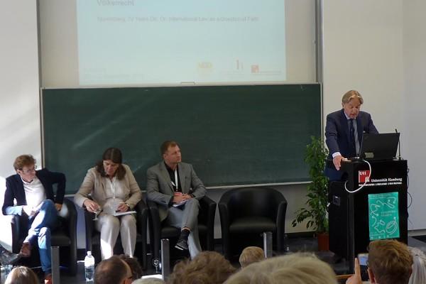 Der Moderator Norbert Frei begrüßt das Publikum und stellte die Referenten vor: Daniel Stahl, Kim Christian Priemel, Annette Weinke, Jan Gerber (von links nach rechts).