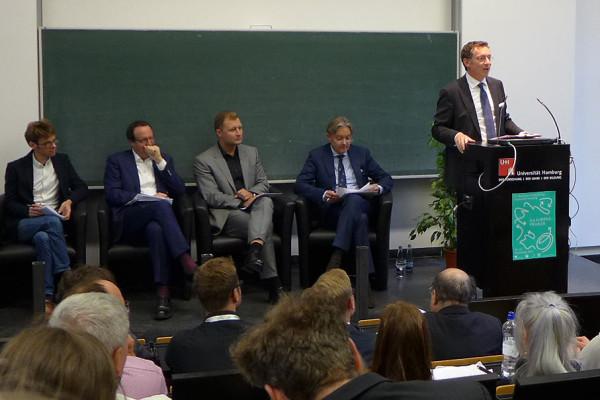 Christoph Safferling, Professor der Friedrich-Alexander Universität Erlangen-Nürnberg, kommentiert die Vorträge der Referenten.