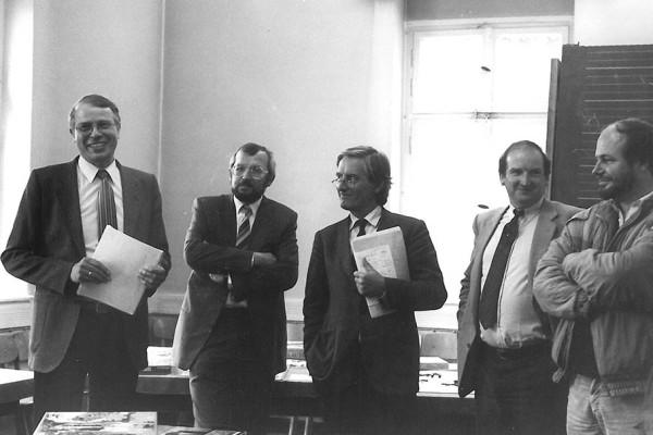 Die offizielle Eröffnung des Deutschen Spielearchivs in Marburg 1985: Dr. Bernward Thole, ein Mitarbeiter der Stadt Marburg, Dr. Gerhard Pätzold (Bürgermeister der Stadt Marburg), Tom Werneck (heute Bayrisches Spielearchiv Harr e.V.), Armin Klein (Kulturreferent). Bildnachweis: Gerd Andratschke