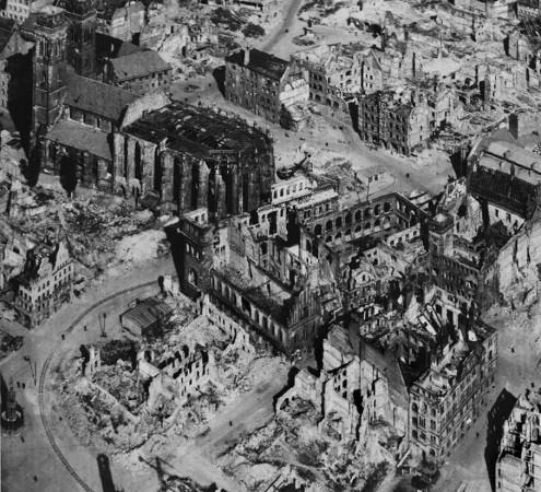 Abb. 2: Stereo-Luftbild der zerstörten Sebalder Stadthälfte, 1947 (Detail). Im Zentrum steht die Ruine des Großen Ratssaals, oberhalb die Sebalduskirche, am linken Bildrand der Schöne Brunnen. Bildnachweis: Stadtarchiv Nürnberg, Repro 188 Xb