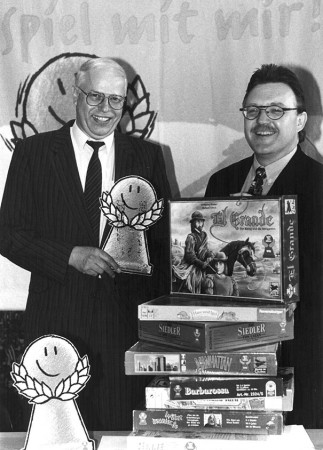 """Dr. Bernward Thole und Synes Ernst (Journalist und seit 1982 Jurymitglied bei Spiel des Jahres) bei der Kürung des Spiel des Jahres 1996, """"El Grande"""". Bildnachweis: Gerd Andratschke"""