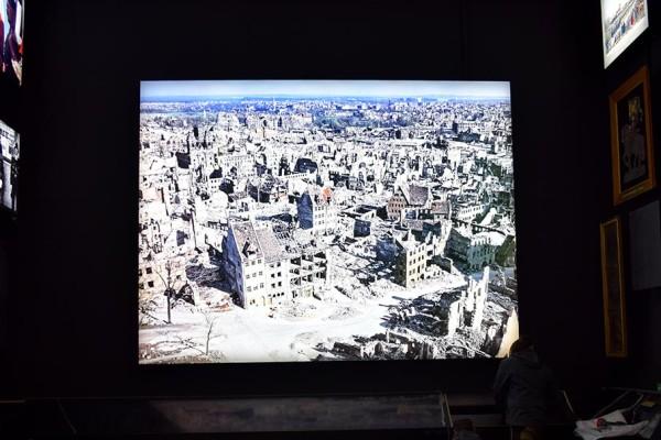 An der gegenüberliegenden Wand erinnert ein Foto der zerstörten Nürnberger Altstadt an die Folgen des Zweiten Weltkriegs.
