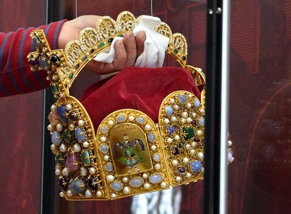 Die Kopie der Krone wird in der Vitrine positioniert.