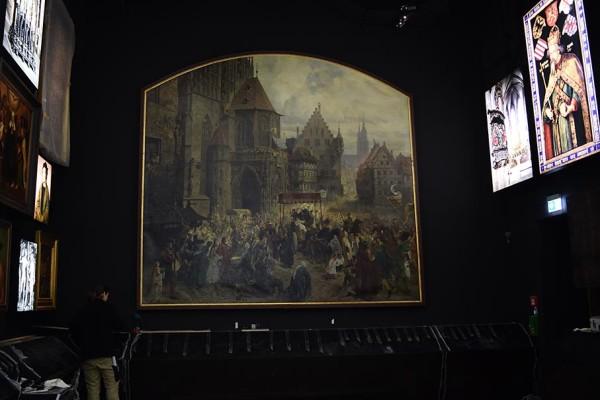 """Paul Ritters Gemälde """"Die Einbringung der Reichskleinodien"""" nimmt in der neuen Ausstellung einen zentralen Platz ein."""