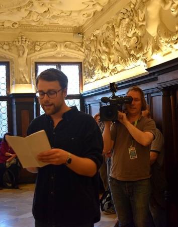 """Kameramann Günter Wittmann filmt während der """"Blauen Nacht"""" im Fembo-Haus den Poetry-Slammer Lars Ruppel. Foto: Brigitte List"""